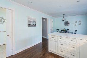 Spacious kitchen can choose hardwood or tile